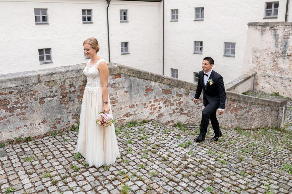 First Look Hochzeitsfotos der freien Trauung von Laura & Matthias im Salzstadel Straubing